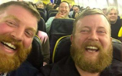 Incontra il suo sosia in aereo, le foto diventano virali